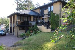 Taloa ympäröi suuri, helppohoitoinen oma piha.