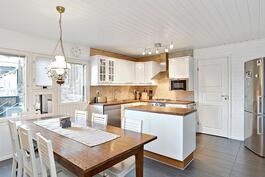 Kaunis v.2009 uusittu keittiö ja tilava arkiruokailu.