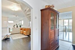 Olohuoneen ja keittiön tilat jatkuvat harmonisesti valoisalle uima-allasosastolle.