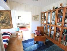 Kirjastosta olohuoneeseen päin