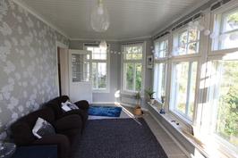 Erkkerihuone, ikkunat puutarhaan ja merelle.