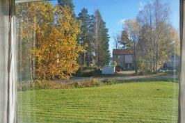 olohuoneen ikkunasta näkymä järvelle