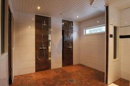 Pesuhuoneessa kaksi suihkua