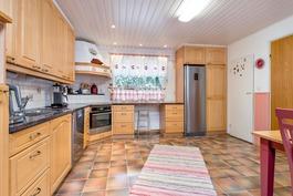 Keittiö remontoitu v. 2000 / kodinkoneet v. 2016