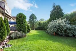 Rehevän puutarhan nurmialueella on tilaa lapsien leikeille