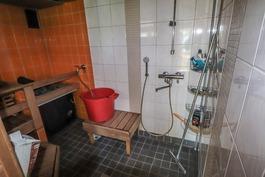 Päärakennuksen suihkutila