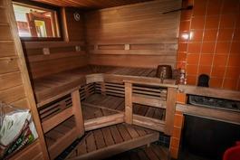 Päärakennuksen saunatila
