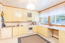 Suuri ja tilava keittiö