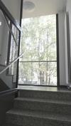 porraskäytävän avarat ikkunat ja vehreät näkymät