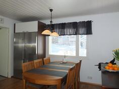 Tilavassa keittiössä on hyvin tilaa ruokapöydälle