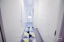 Kodinhoitohuoneessa runsaasti kaappitilaa sekä käynti sivuterassille