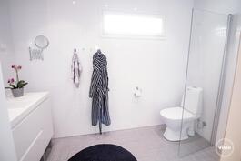 Työhuoneesta käynti tilavaan kylpyhuoneeseen