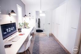 Työ-/vaatehuoneessa hyvin tilaa kahdelle työpisteelle sekä runsaasti kaappitilaa