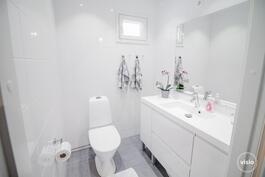 Eteisaulasta käynti vaaleaan wc:hen