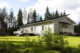 Laadukkaita ja tyylikkäitä materiaaleja käyttäen rakennettu koti luonnonläheisyydessä