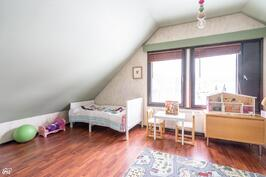 Yläkerran makuuhuone II