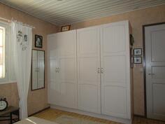 Oikealla näkyy pienen vessan ovi
