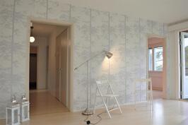 Olohuoneesta eteiseen, keittiöön ja oikealla parvekkeen ovi