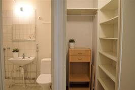 Eteisestä kylpyhuone ja pienempi vaatehuone
