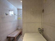 ... pesukoneliitännöin ja tosiaan käyttövesiputket on uusittu pintaan viime vuosina!