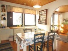 Tilavassa keittiössä on hyvin työpöytätilaa ja käyttövesiputket juuri laitettu pintaan!