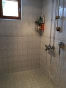 Kylpyhuone on laatoitettu lattialämmityksin, ...