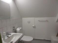 Kuvassa yläkerran asiallinen wc!