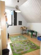 ... yksi yläkerran makuuhuoneista on myös pintaremontoitu äskettäin!