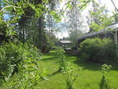 Talon pihapiiri on hyvin hoidettu ja kiinteistö on myös kulmatontilla!