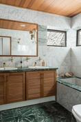 Master bedroomin yhteydessä oleva kylpyhuone.