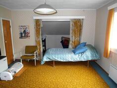 Yläkerran huone, jossa alkovi