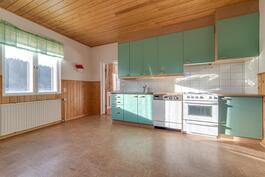 Valoisa keittiö, ikkunasta näkymä omalle pellolle