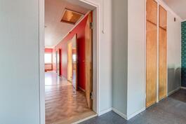 Näkymä yläkerran aulaan makuuhuone 4:sta