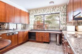 Tilava keittiö on uusittu noin v.2000