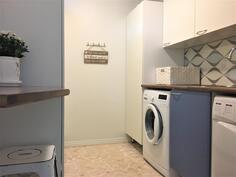 Käytännöllinen kodinhoitohuone.