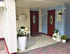 Katettu sisääntulo, jonka yhteydessä pieni terassi, lämmin varasto ja autokatos.