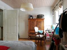 Isoimman makuuhuoneen yhteydessä vaatehuone