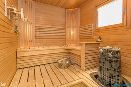 Tunnelmallinen sauna jossa ikkuna