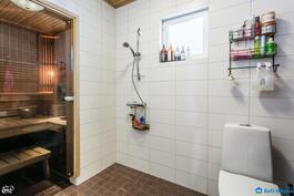 Pesuhuone jossa toinen wc