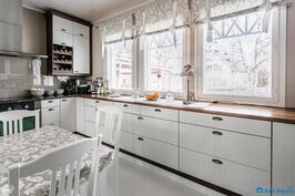 Isot ikkunat tuovat valoa keittiöön
