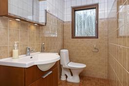 Alakerrassa yhteinen wc