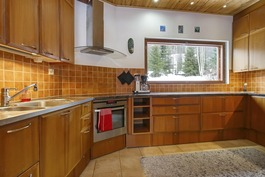 Keittiössä paljon työtilaa ja iso ikkuna pihalle