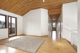 Yläkerran valoisasta aulasta käynti parvekkeelle