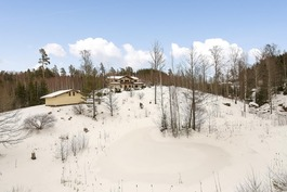 Alppitalo sijaitsee ylväästi mäen päällä