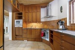 Keittiössä on erinomaiset tilat ruoan loihtimiseen