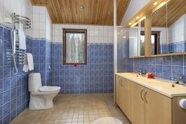 Lapsille oma tilava kylpyhuone, kaksi allasta