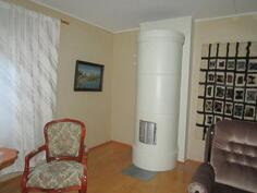 Alakerrassa oleva olohuone lämpiää myös tulipesän avulla