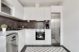 Vaaleansävyinen keittiö RST-kodinkoneilla