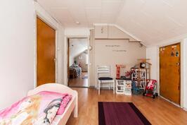 1. Yläkerran makuuhuone