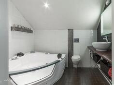 Yläkerran kylpyhuoneessa poreamme